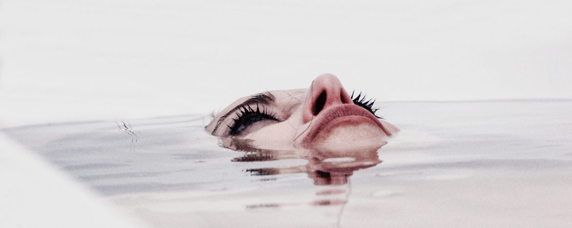 Silversnake Michelle drown in the nothingness water